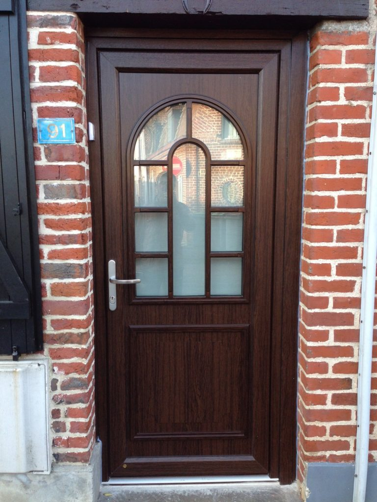 Installation de la porte pvc bilbao avec finition acajou for Installation de porte