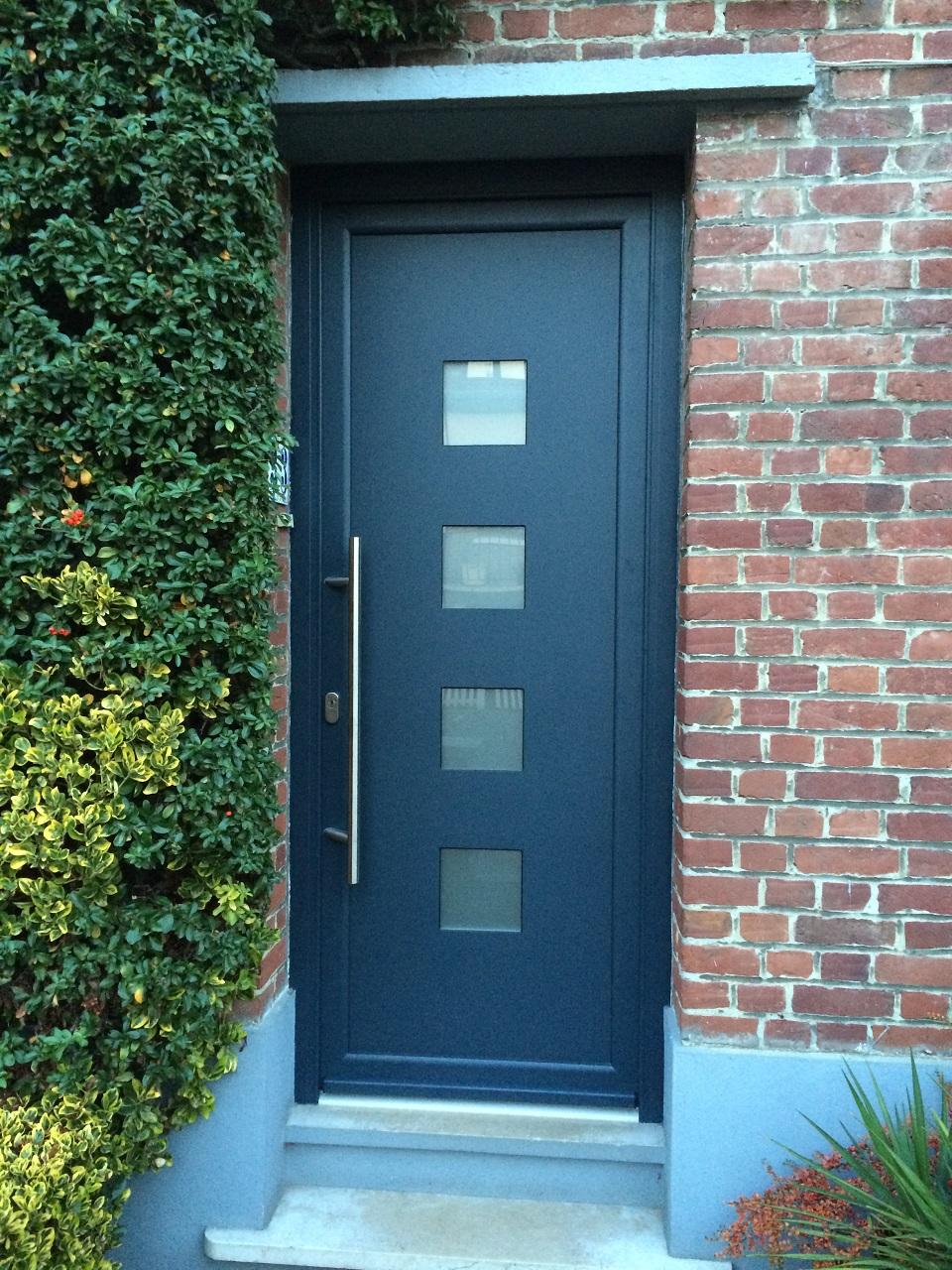 Mise en place de la porte alu labas finition bleu dans la ville de bondues n - La porte bleu belgique ...