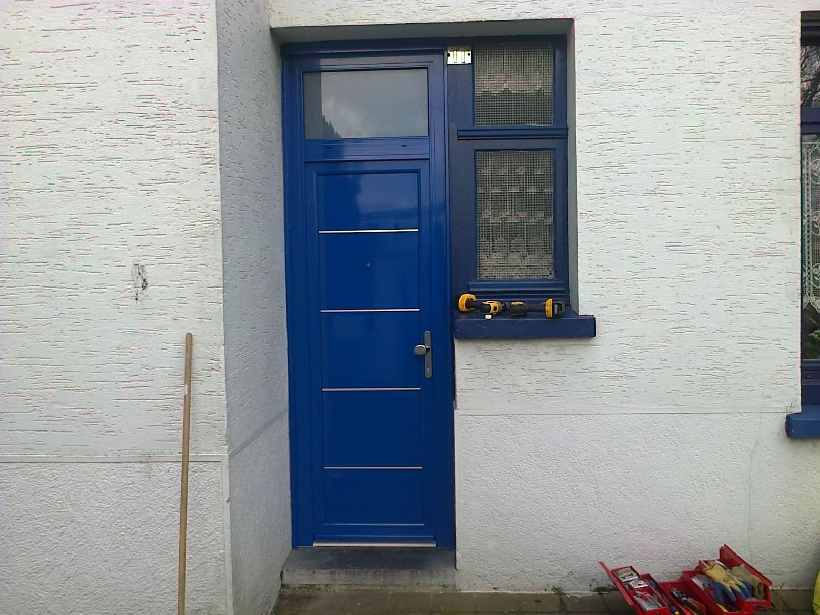 Montage de la porte alu tech bleu sur lesquin premium fermetures - La porte bleu belgique ...