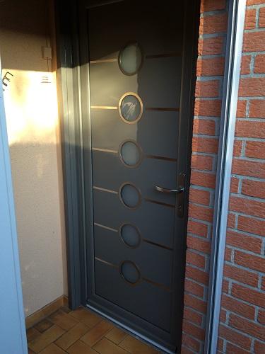 Installation de la porte alu amance templemars premium for Installation de porte
